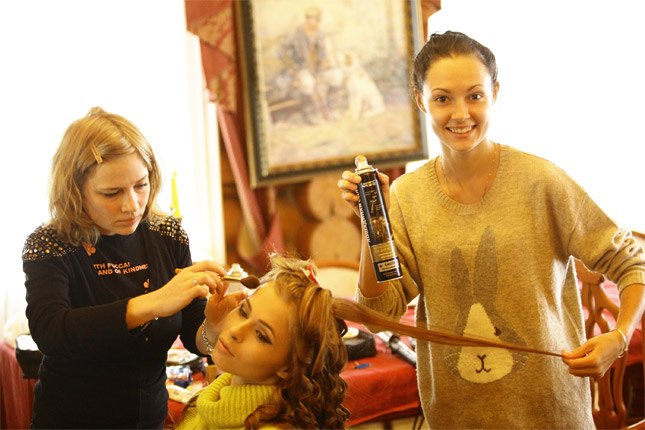 Участницы телешоу «Каникулы в Мексике»  Настя Смирнова и Полина Наливалкина уже успели попробовать  новый лак для волос «Лошадиная сила»